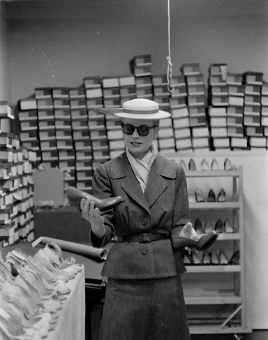 Grace Kelly shopping for shoes