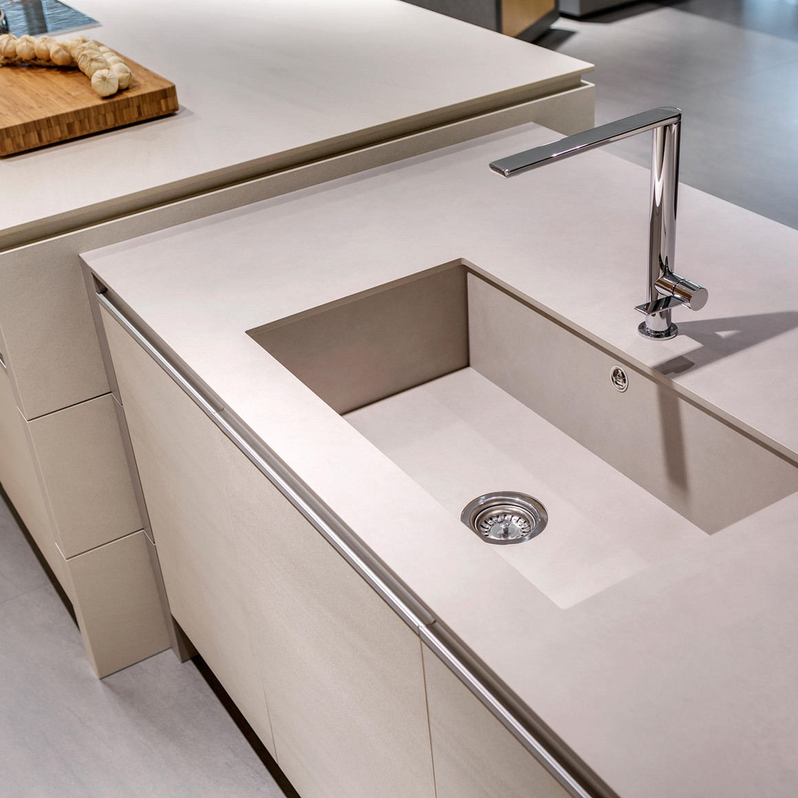 Top in Neolith con vasca saldata sottotop