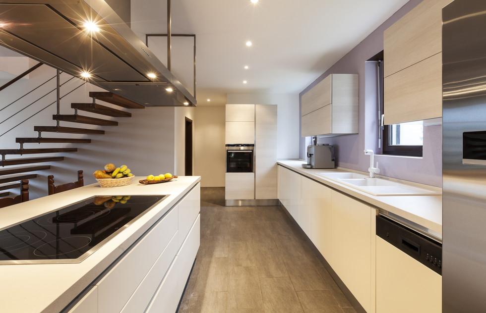 La cucina di Fabio e Grazia. Modello Sistema di Akreodesign in finitura laccato opaco bianco