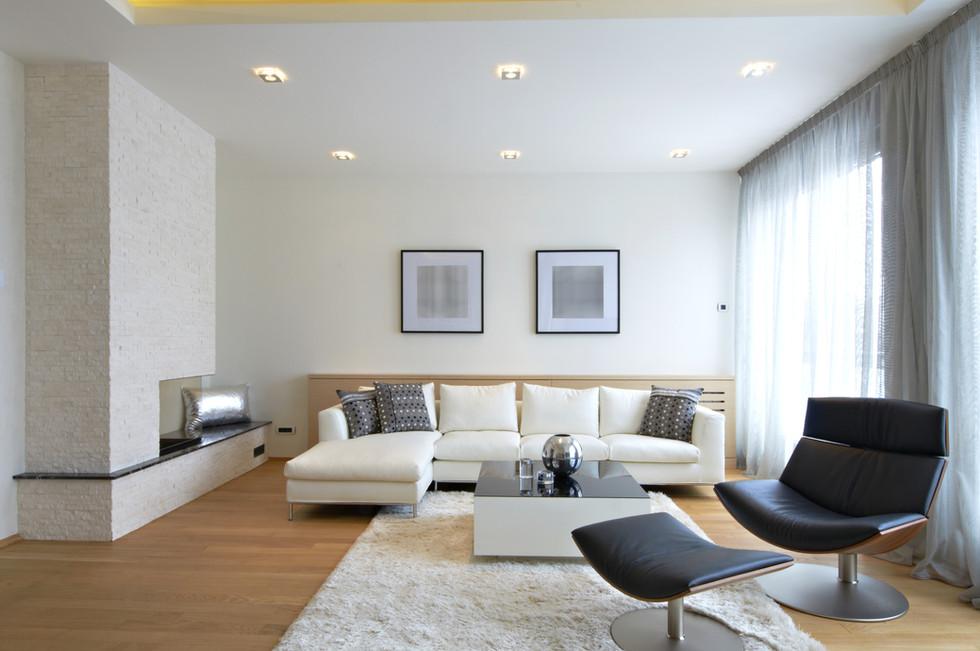 La casa di Fabrizio, Pamela e i piccoli Alessandro e Martina. Ristrutturazione interni living moderno roma divano modello TIFFANY Parquet Twenty Unikolegno in Rovere.