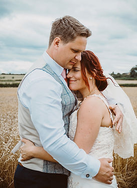 Bride_and_groom_natural_Vicky_Lewis_wedd