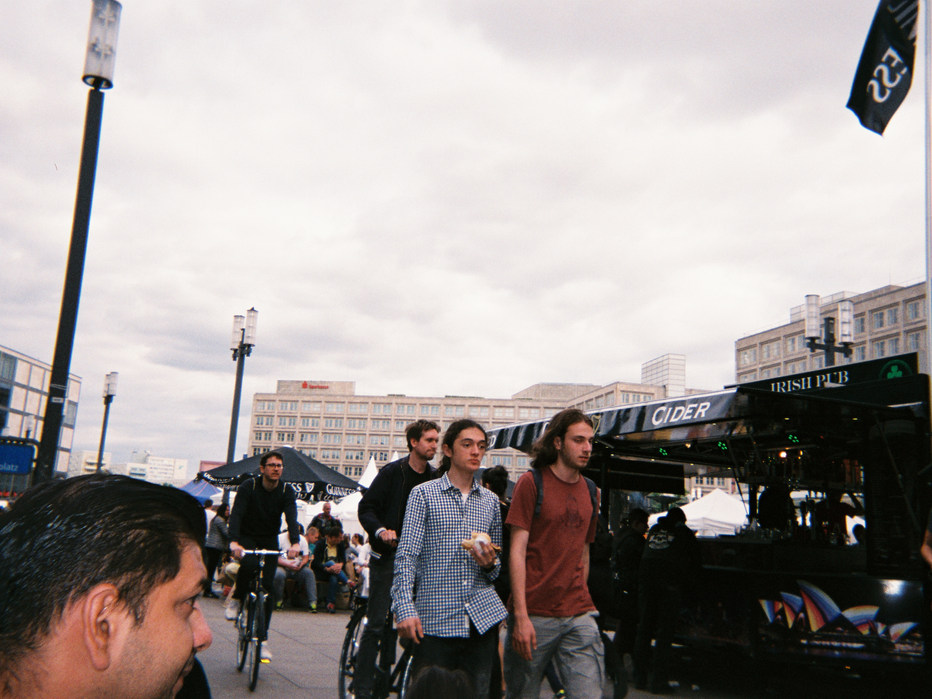 Unser Ziel jedes Wochenende ist Berlin. Dort brauchen wir etwa 2 Stunden hin. Dann sitzen wir oft am Potsdamer Platz und schauen den Leuten zu.