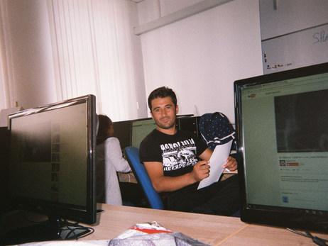 Das hier bin ich in meiner Schule in Potsdam. Im Deutschkurs haben wir sogar PCs, das ist super. Viele andere haben das nicht. Dorthin fahre ich jeden Tag, das ist vom Heim aus etwa 2 Stunden.