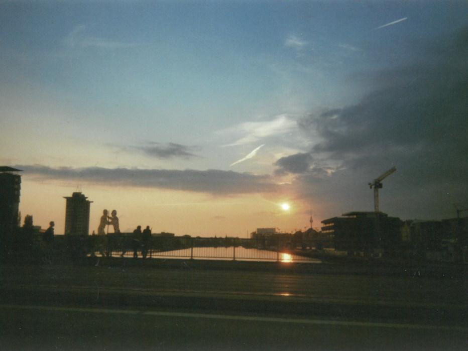 Zu sehen ist der Sonnenuntergang in Berlin. Abermals aus dem Auto aufgenommen, nur wenige Minuten später, als wir aus Cottbus zurückkamen. Den Abendhimmel gibt es zwar jeden Tag, jedoch nicht immer so farbenfroh wie dieser.