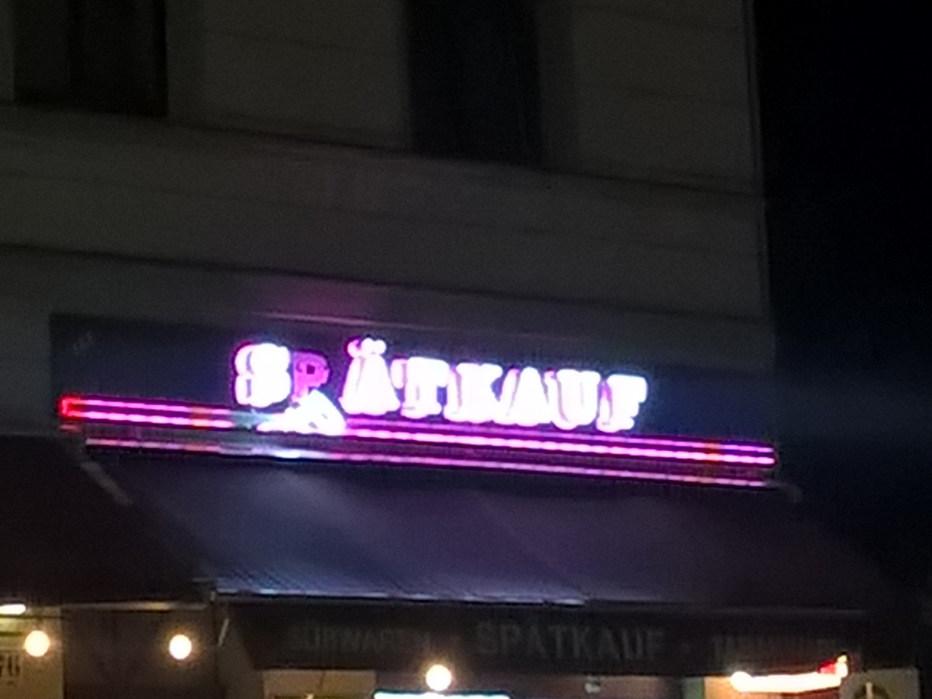 Selbst in der Nacht hat Berlin viel zu bieten und es ist eigentlich dauernd jemand auf der Straße. Der Späti ist deshalb vor allem im Sommer der Alltag jedes Berliners und jeder Berlinerin, denn der hat immer offen. Übehaupt gehört die Nacht sehr viel zu meinem Alltag, ob mit Freunden unterwegs, arbeiten, kreativ sein, tanzen, lieben oder schlafen - die Nacht ist die vierte Tageszeit!