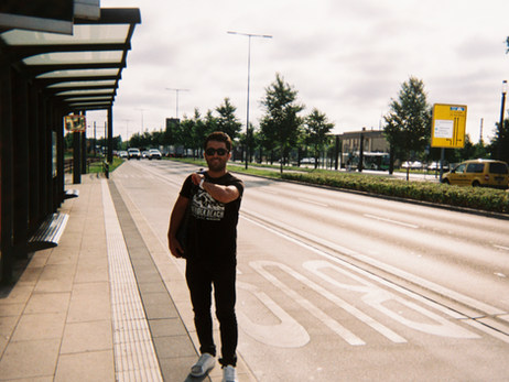 Das hier bin ich, an der Bushaltestelle auf dem Weg nach Hause ins Heim. Weil wir so weit auf dem Land wohnen ist es oft ein sehr langer Weg, wenn man irgendwo anders hin muss. Mein Deutschkurs zum Beispiel ist in Potsdam, das sind dann jeden Tag 2 Stunden pro Weg mit dem Bus und der Bahn, manchmal muss ich auch nach Brandenburg oder Berlin. Manchmal schaffen wir den Bus nicht, dann müssen wir leider lange auf den nächsten warten.