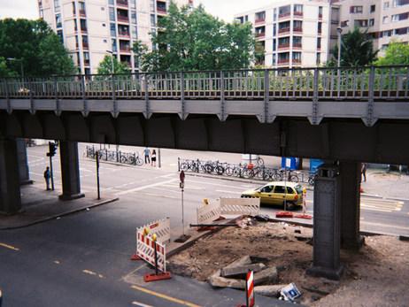 Das hier ist die Hochbahn in Berlin am Kottbusser Tor, dort lebe ich. Mit der Bahn fahre ich jeden Tag zur Arbeit, in die Uni, zu Freunden... Oder ich gehe zu Fuß, das mache ich auch sehr gerne. Berlin ist eine tolle Stadt voller unterschiedlicher Angebote, Reize und Menschen - das mag ich besonders hier. Nur die Baustellen, die nerven ganz schön!