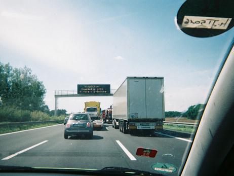 Ich lebe in Berlin, aber die Vereinsarbeit mit IBBIS e.V. bedeutet, dass ich jeden Freitag nach Bad Belzig fahre. Dieses Bild steht mehr als alles andere für diese Fahrten: ein Stau auf der Autobahn. Zwischen 90 Minuten und zwei Stunden brauchen wir im Berufsverkehr durch die Baustellen für die 90Km. Mit dem Zug wäre es schneller, aber wir sind oft zu dritt oder zu viert, da ist die Bahn zu teuer. Die Rückfahrt geht auch viel schneller.