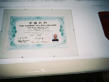 """Tai Chi ist mir sehr wichtig. Das hier ist quasi meine einzige wirklich wichtige, richtige Ausbildung fürs Leben. In der Ausbildung gab es diesen Spruch: """"Drink, Eat, Exercise"""". In diesem Rhythmus haben wir alles gemacht. Es fehlt vielleicht noch """"sleep"""" Das war eine wichtige Lektion fürs Leben. Hier in der AWO gebe ich nun auch Kurse in Tai Chi."""