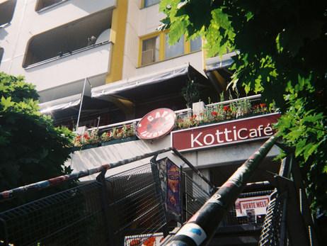 Das Café Kotti. Ort zur entspannten Zusammenkunft aller Menschen: Geflüchtete, Menschen mit wie ohne Zuwanderungsgeschichte, Hipster, Tourist_innen.