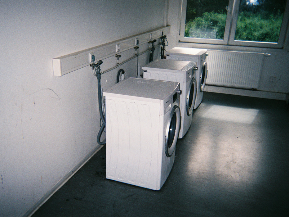 Das hier sind die Waschräume im Heim. Ähnlich wie die Küchen und Bäder teilen wir uns diese Räume zu sehr vielen, deshalb ist es häufig sehr voll und sehr dreckig.