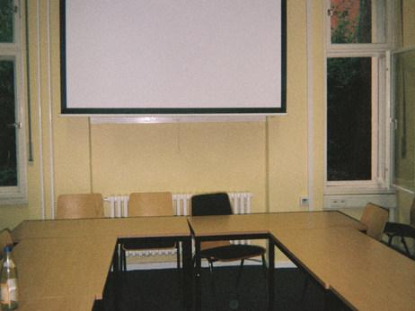 Das hier ist ein Seminarraum an der Freien Universität Berlin, an der ich studiere und arbeite. Immer weiter und mehr zu lernen ist ein großer und wichtiger Teil meines Lebens und meines Alltags - immerhin macht es bereits 20 Jahre meines Lebens aus. Und wie sagt man so schön: Man lernt nie aus!