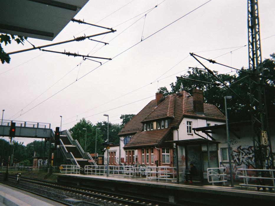 Das ist an der Station Potsdam-Rehbrücke, wir warten gerade auf den Zug. Das müssen wir sehr oft machen, weil der Zug meistens nicht pünktlich ist. Einmal ist der Zug auch einfach 1 Minute zu früh abgefahren. Dann müssen wir mindestens eine Stunde warten.