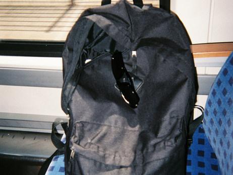 Das hier ist auch der Zug und mein Rucksack, der reist immer mit mir. Der Zug ist sehr wichtig, wir fahren jeden Tag damit – egal wo wir hinwollen, wir müssen immer den Zug nehmen. Der Rucksack ist schwarz - eigentlich ist alles schwarz.