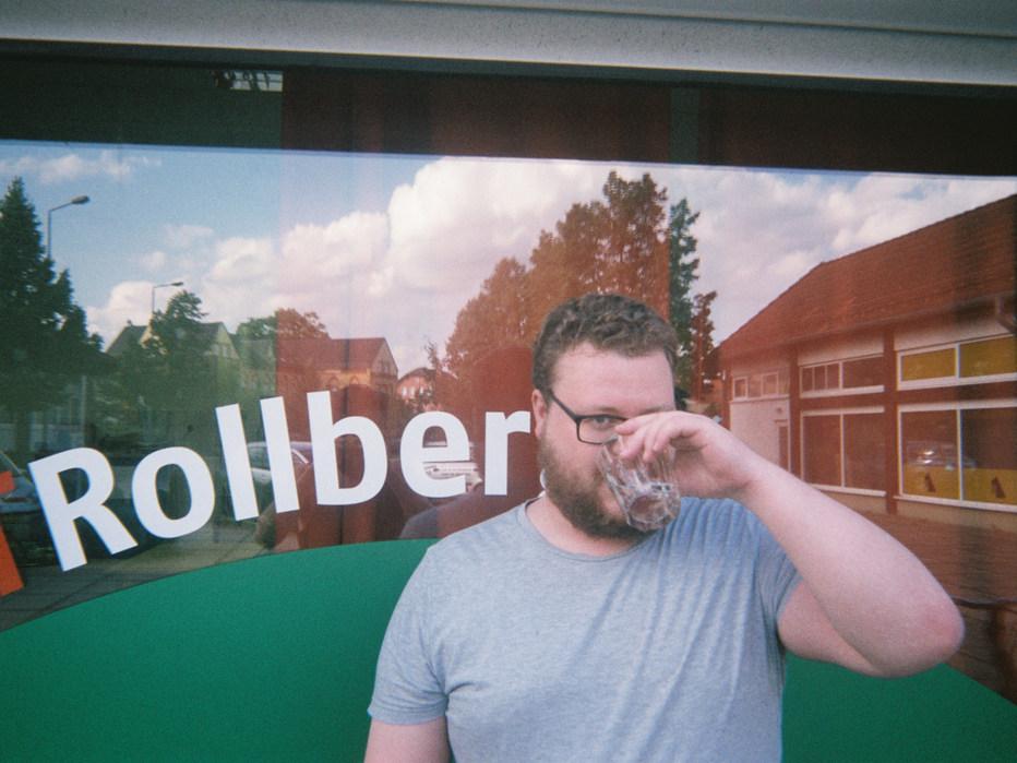 Mein bester Freund Daniel in einer Pause des Filmprojekts voller Tatendrang, mit einem Wasserglas bewaffnet.