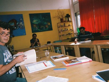 Das hier ist unser Deutschkurs, der findet in der AWO statt. Hier bin ich jeden Tag viele Stunden. Deutschlernen ist das Allerwichtigste, sonst kann man sich nicht integrieren. Deshalb ist es schön, wenn wir Unterricht bekommen - auch, wenn Deutsch eine sehr schwere Sprache ist.