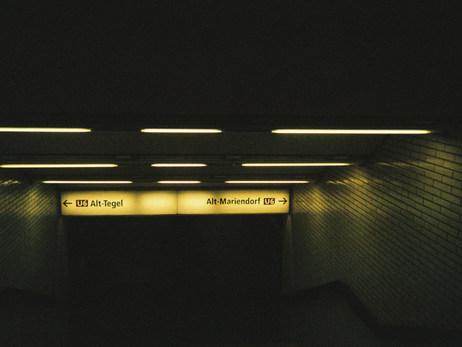 So gut wie alles was ich in meinem Alltag mache, verlangt, dass ich mit der U6 fahre. Hier sieht man die Treppen zum Bahnhof runter. Der Bahnhof wurde 1966 eröffnet und das merkt man auch.