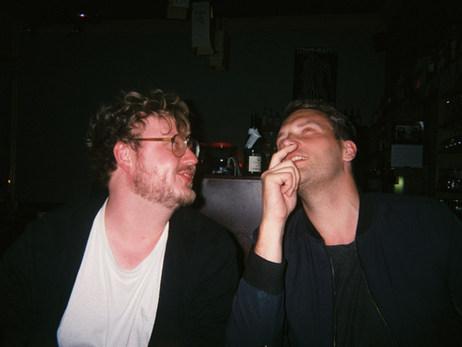 Zeitloses Portrait zweier herzensguter Potsdamer Kollegen.