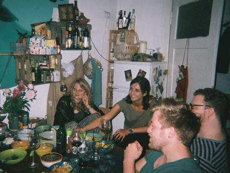 Zusammenkunft mit Freund_innen in der Küche.