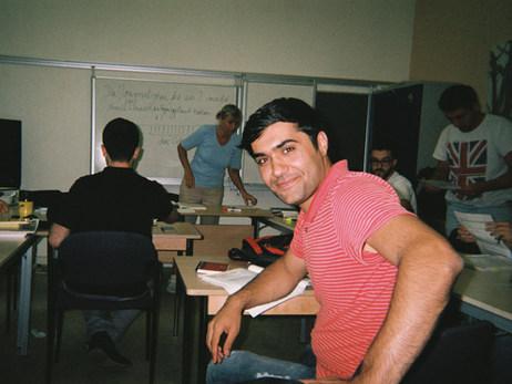 Das hier ist meine Deutschklasse. Die Schule ist sehr spannend, wir lernen zusammen Deutsch – Menschen aus vielen Nationen aus Thailand, Nigeria, Albanien, Iran, Syrien… Es ist alles sehr international. Aber Deutsch müssen wir alle gleich lernen.