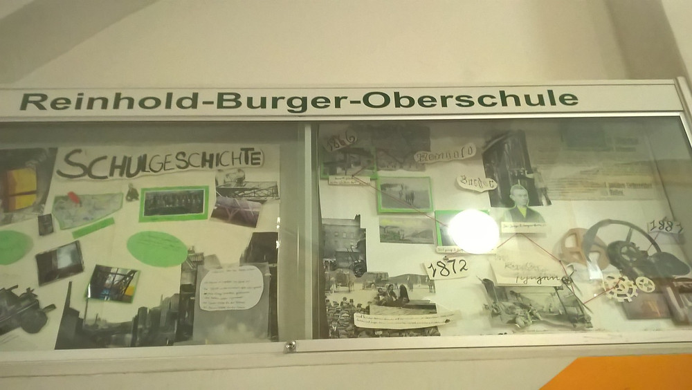 Geschichte zum Anfassen, auch ihrem Namensgeber hat die Schule eine historisch Ausstellung gewidmet. Reinhold Burger hat sich u.a. die Thermoskanne patentieren lassen (Foto: JB).