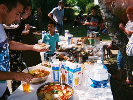Auf diesem Bild machen wir eine Party im Sommer bei uns im Heim in Bad Belzig. Es gibt Essen, das wir zusammen gekocht haben.