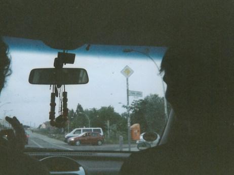 Zu sehen sind zwei Freunde von mir im Auto. Wir waren zu der Zeit öfters mit dem Auto in Berlin unterwegs. Dieser Moment hält unsere Rückkehr aus Cottbus von einem kleinen Filmdreh fest.