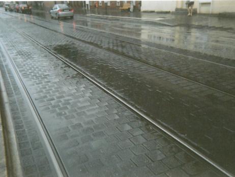 Zu sehen sind die Zuggleise der Tram 94 nach Babelsberg im Regen. Jeden Tag musste ich in die Reha-Klinik fahren um mein Knie zu kurieren. Zum Glück war der Sommer verregnet und somit habe ich nicht viel verpasst.