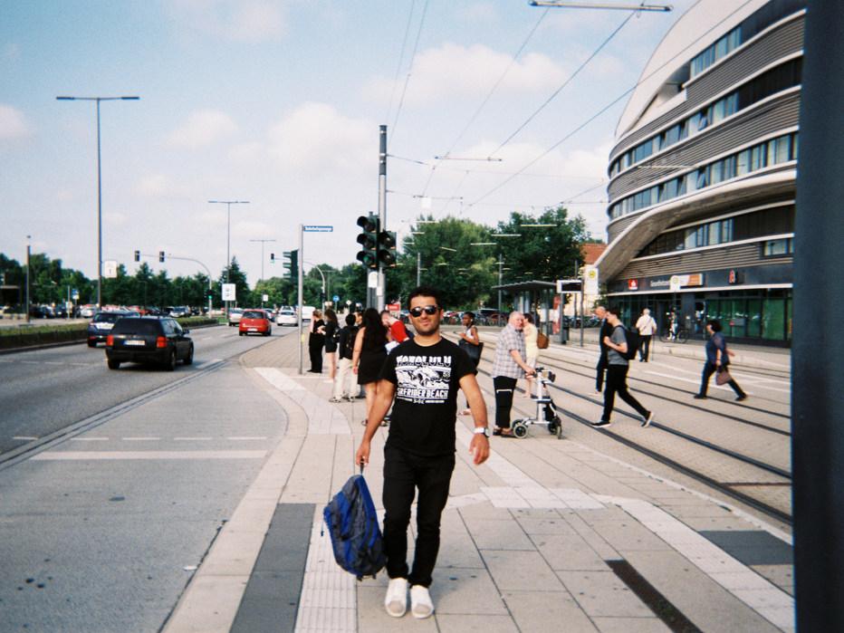 Der Bahnhof ist sehr wichtig für uns, hier sind wir sehr oft. Das hier ist der Bahnhof in Brandenburg. An den Wochenenden schauen wir uns Deutschland und vor allem Brandenburg an und gehen Freunde besuchen.