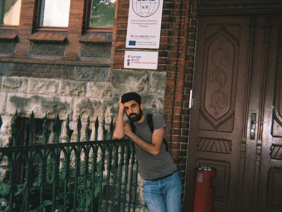 Das bin ich, wie ich nach dem Deutschkurs vor meiner Deutschschule in Potsdam stehe. An dem Tag war ich sehr nachdenklich und sehr müde. Um pünktlich zu kommen muss ich jeden Tag sehr früh aufstehen.