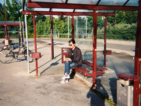 Auf dem Bild schreibe ich gerade einige Nachrichten mit dem Handy an meine Familie im Iran. Darüber denke ich nach. Ich bin an der Bushaltestelle, weil dort niemand ist (und ich allein sein kann), es ist ruhig nicht wie im Wohnheim. Und an der Bushaltestelle bin ich oft, von dort kann ich an andere Orte fahren – zum Beispiel zum Deutschkurs.