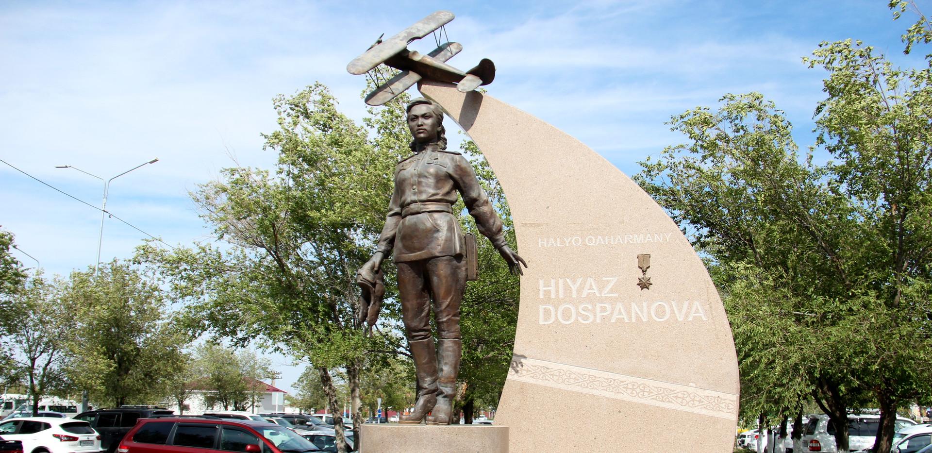 Памятник Хиуаз Доспановой (первая лётчица-казашка)