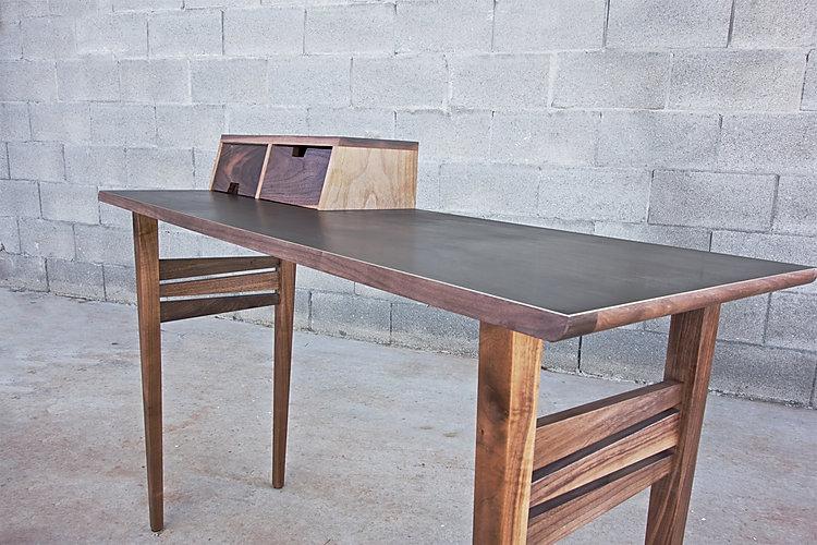 שולחן כתיבה בעיצוב נורדי מעץ אגוז אמריקאי ומשטח פליז