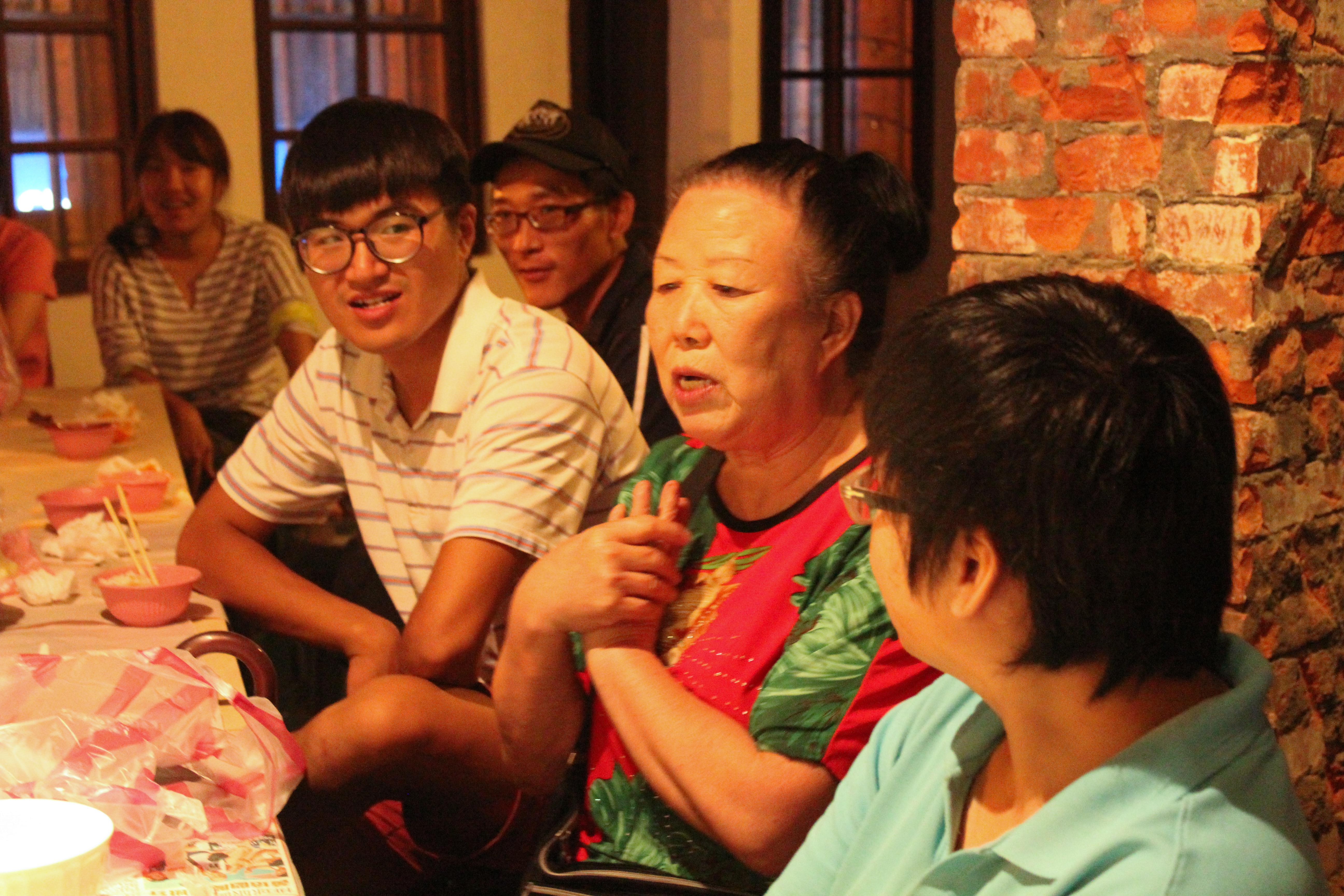 邀請「好管家」及「燈塔教會」的楊婆婆來和大家共食