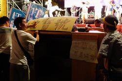 巢運 - 大家合力推著一坪行動屋「地寶號」跟著遊行隊伍前進
