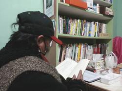 住民坐在一角閱讀書籍