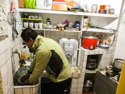 住民在廚房煮食分享
