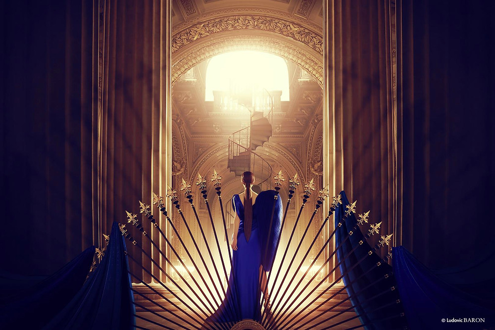 """""""La femme en bleu face à l'escalier du bonheur"""" (2016)"""