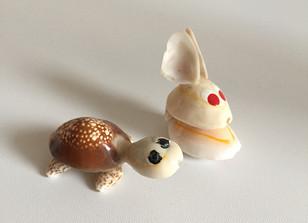 貝細工のウサギとカメ