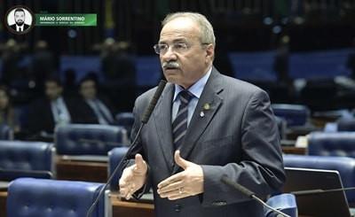PF encontra dinheiro entre as nádegas de senador Chico Rodrigues, vice-líder do governo Bolsonaro
