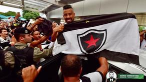 Torcedores do Botafogo-PB lotam aeroporto para a chegada do lateral Léo Moura