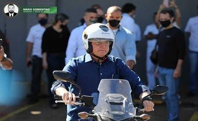 Bolsonaro diz que teste de covid-19 deu negativo e passeia de moto por Brasília