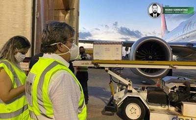 João Azevêdo acompanha chegada à Paraíba de 180.750 doses de vacinas contra a Covid-19