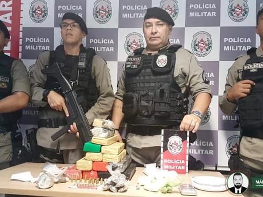 Polícia Militar apreende mais de 14 tabletes de drogas e prende suspeito com tornozeleira eletrônica