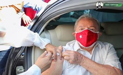Ex-presidente Lula toma 2ª dose da vacina contra o coronavírus
