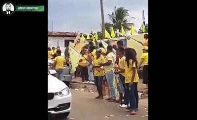 Apoiadores de Karla Pimentel xingam populares que se negam a adesivar seus veículos, em Conde