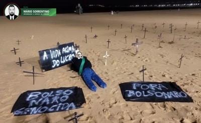 Em protesto contra Bolsonaro, manifestantes espalham cruzes em praia de João Pessoa