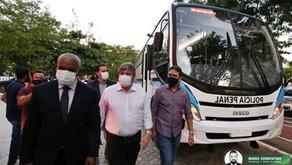 João Azevêdo entrega cinco furgões e um ônibus para a Secretaria da Administração Penitenciária