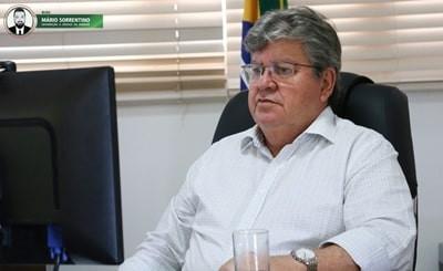 João Azevêdo destaca avanços da Paraíba nos ensinos integral e remoto em artigo no Estadão