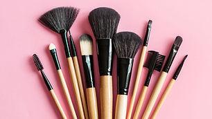 elle-clean-makeup-brush-1518108519.jpg